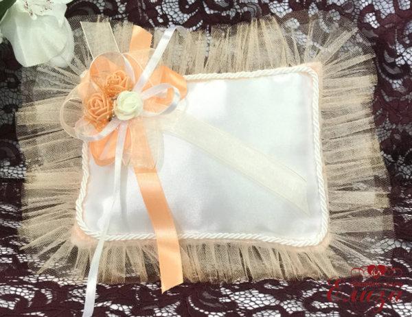 Възглавничка за пръстени в цвят праскова и бяло E8